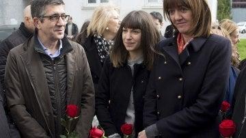 Idoia Mendia,  Patxi López y la hija de Isaias Carrasco, Sandra, antes de presidir la ofrenda