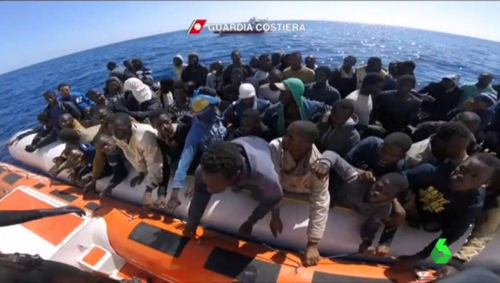 Frame 0.928394 de: Rescatan a más de mil migrantes en la costa de Libia y a otros 32 en la Isla de Alborán