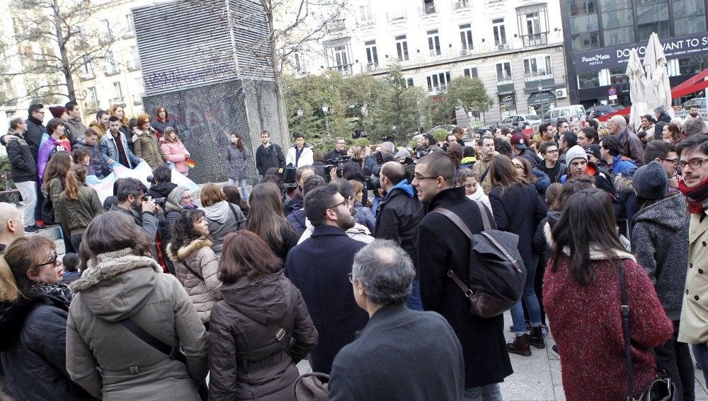 """Unas de 200 personas, convocadas por la Fundación Daniela, se han concentrado hoy en la madrileña plaza de Chueca para reivindicar """"el derecho a ser de las personas transexuales"""" y expresar su rechazo a la campaña """"transfóbica"""" impulsada por la plataforma HazteOir"""