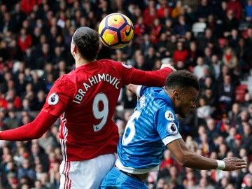 Ibrahimovic propina un codazo a Mings, del Bournemouth