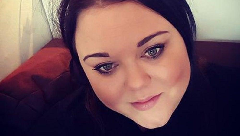 Georgie Tufnail advierte a las mujeres de no meter el móvil en sus sujetadores
