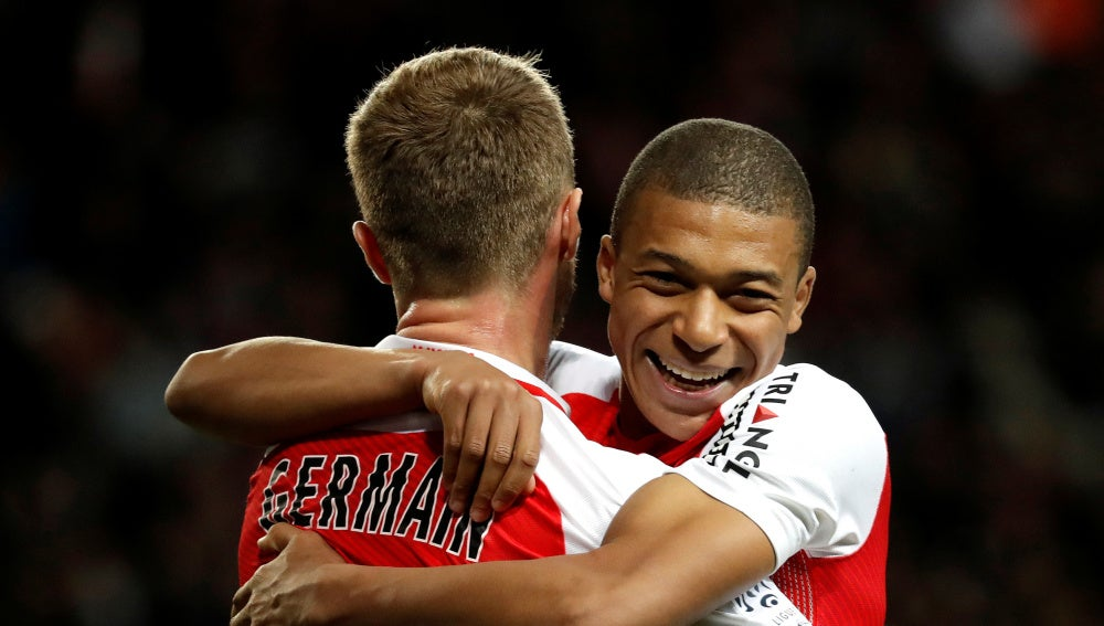 Mbappé y Germain celebrando un gol
