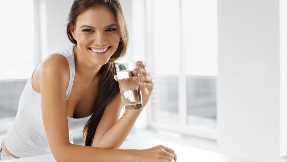 Es recomendable beber dos litros de agua