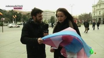 Frame 49.007132 de: El regalo de Carla Antonelli a Gonzo en plena ruta del autobús del respeto de El Intermedio