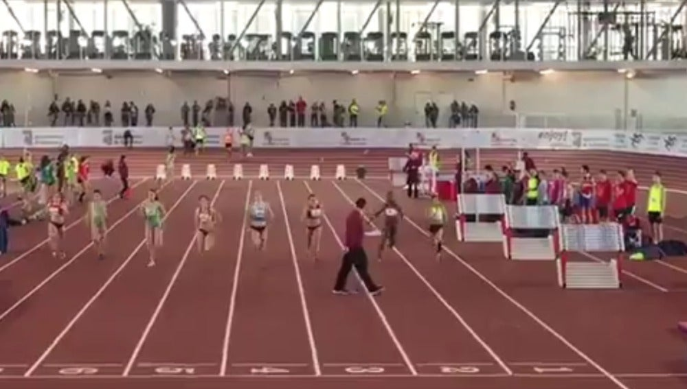Un juez, paseándose por la pista de atletismo durante una prueba