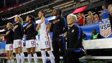 Megan Rapinoe, hincando la rodilla durante el himno de Estados Unidos