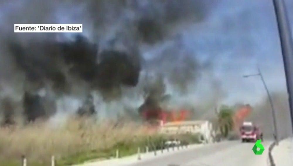Frame 0.920959 de: Los bomberos tratan de sofocar un incendio sin control en la ciudad de Ibiza