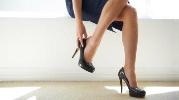 Una mujer con tacones