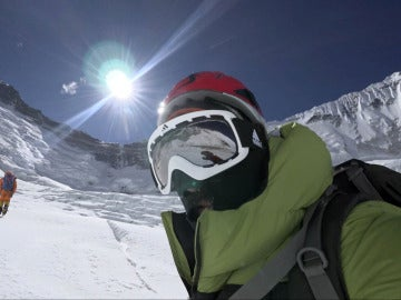 Alex Txikon, en mitad de su ascenso al Everest