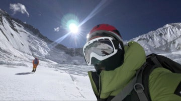 Alex Txikon, en mitad de su ascenso al Everest