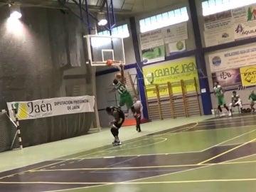 LeShaun Murphy machaca el aro tras robar el balón