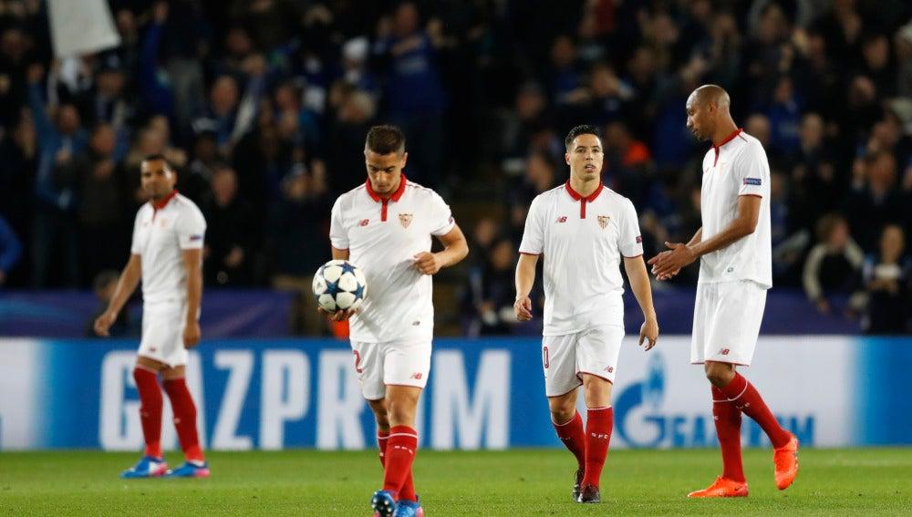 Los jugadores del Sevilla, cabizbajos tras el gol de Morgan