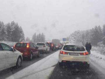 Muchos conductores han quedado atrapados en el Puerto de la Mora por la nieve