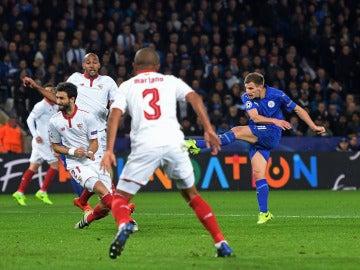 Marc Albrighton remata para hacer el 2-0 ante el Sevilla