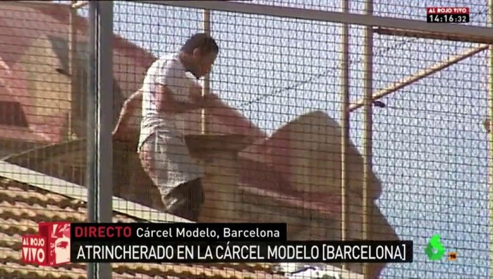 Frame 22.667079 de: Un preso burla la vigilancia y se encarama al tejado de la cárcel Modelo