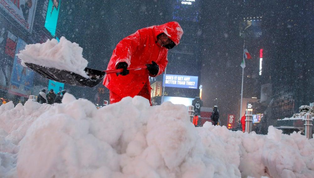La nieve se acumula en Times Square