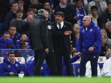 Conte y Mourinho discuten en la banda de Stamford Bridge