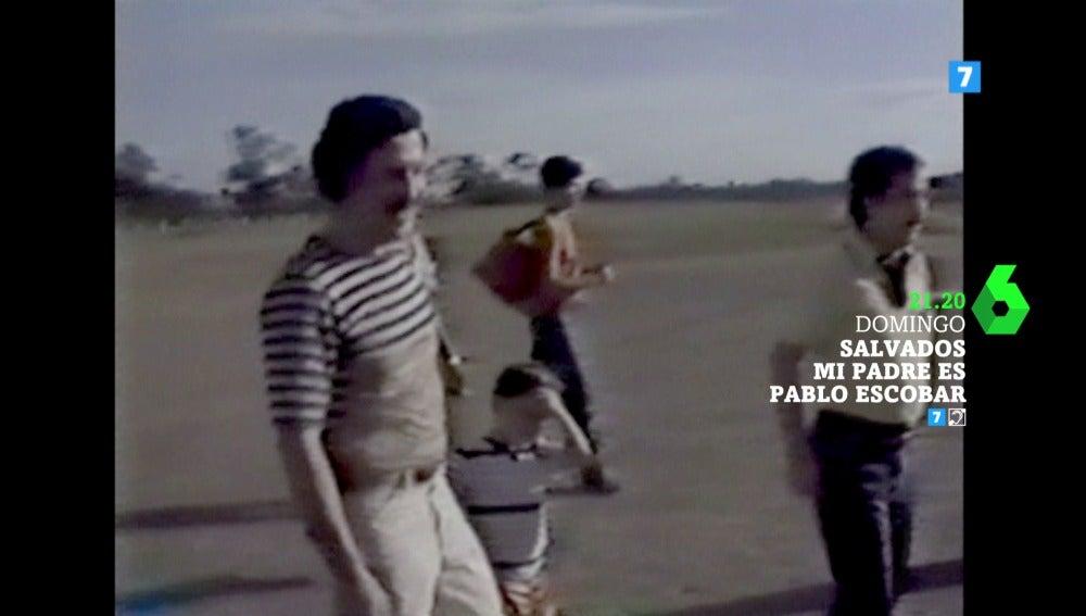 Imagen de Pablo Escobar junto a su hijo
