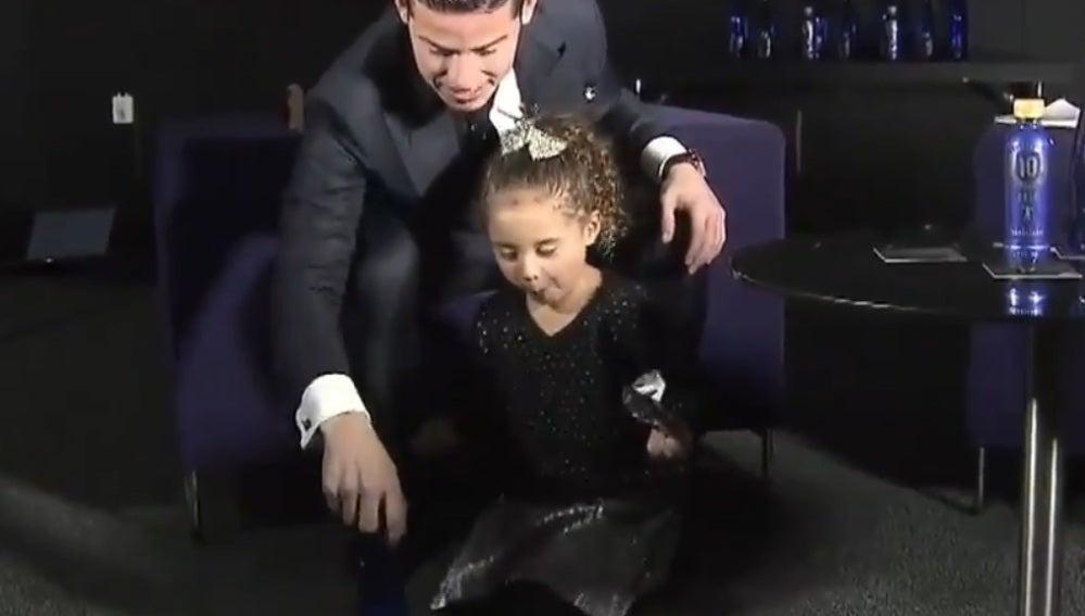 James intentado el reto de la botella junto a su hija Salomé