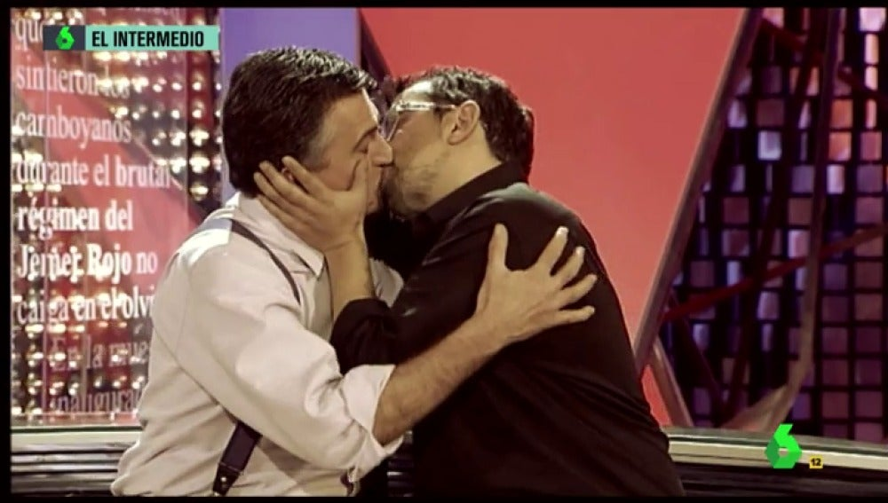 Frame 39.2219 de: Del flirteo con Dani Mateo al beso apasionado con Buenafuente: los momentazos más gays de Wyoming