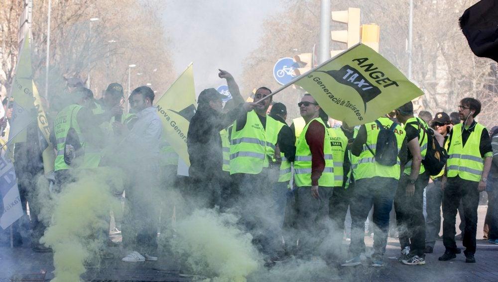 Varios taxistas protestan por el centro de la ciudad durante la huelga de taxistas