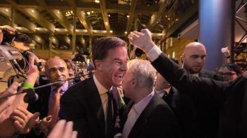 El primer ministro holandés Mark Rutte celebra su triunfo en las elecciones