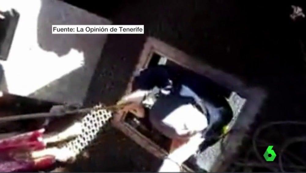Frame 1.128719 de: Nuevas imágenes de unos turistas atrapados durante horas en el Teide