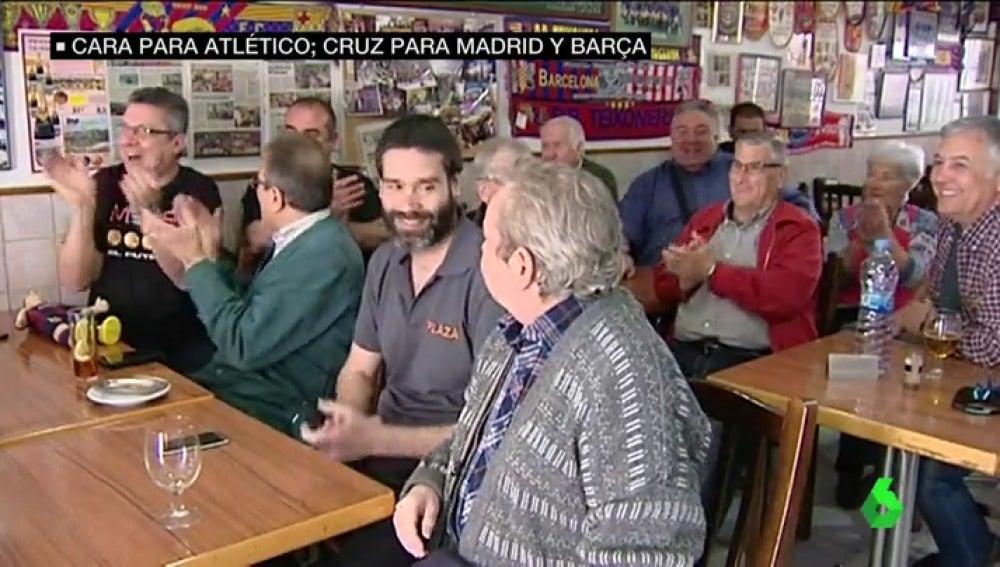 Frame 21.683703 de: La alegría de los aficionados del Barça y el Atlético frente a la preocupación del Madrid