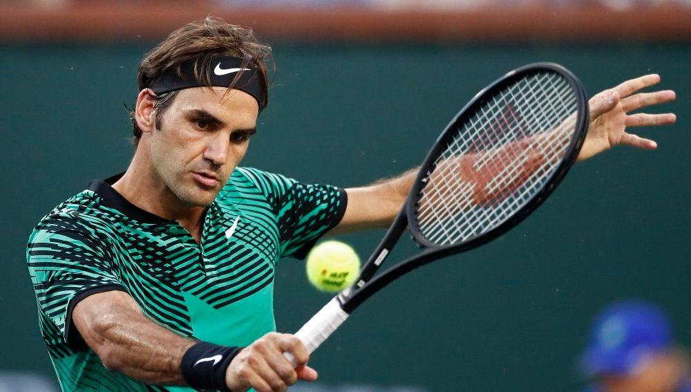 Roger Federer realizando un revés