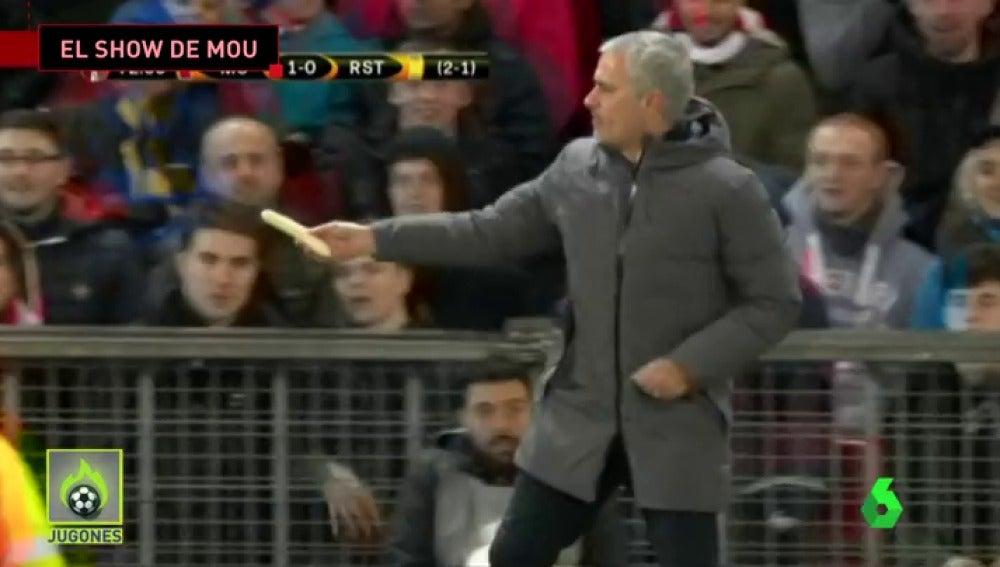 Frame 17.991111 de: El show de Mourinho: coge un plátano, se lo da a Rojo en pleno partido y éste se lo come