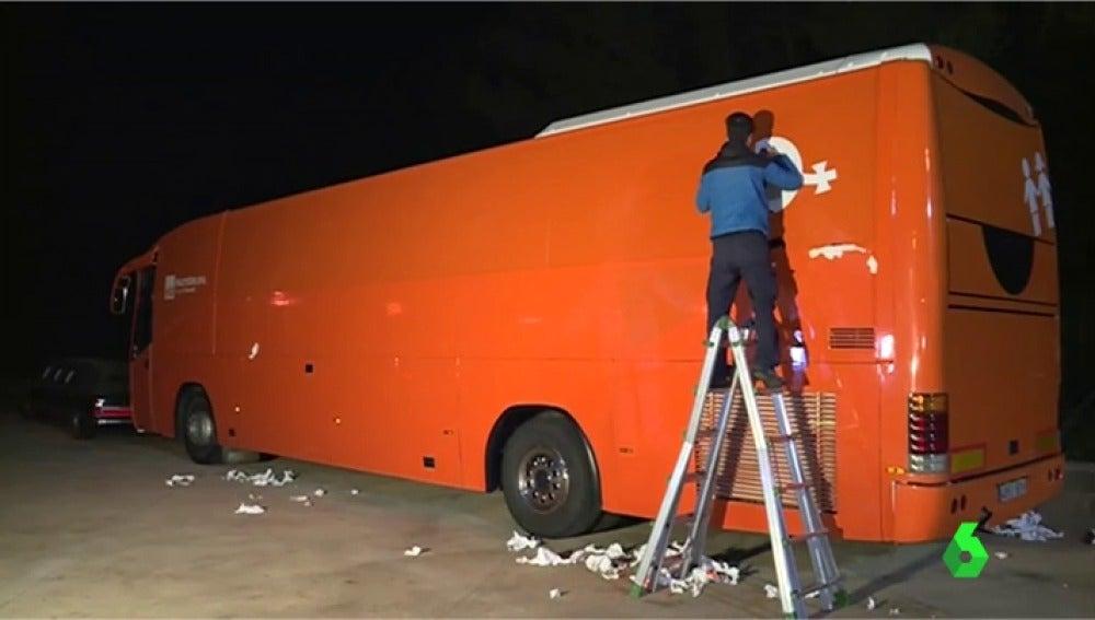 Hazte Oír quita los mensajes de su autobús transfóbico después de que los Mossos lo inmovilizaran en Martorell