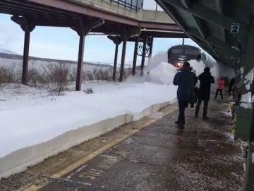 Frame 6.231296 de: Una impresionante ola de nieve cubre a los pasajeros que esperaban el tren en un estación de Nueva York
