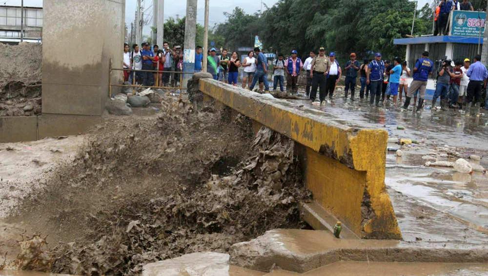 Un puente inundado sobre el río Huaycoloro en Perú
