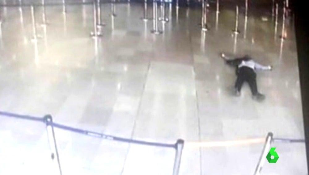 Frame 0.512974 de: Abatido un hombre en el aeropuerto parisino de Orly tras quitar el arma a un soldado