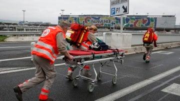 Equipos sanitarios en el aeropuerto de Orly