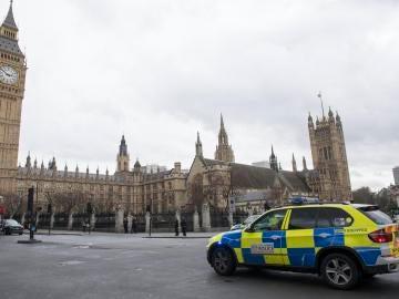 Agentes de policía británicos ante el Parlamento en Londres