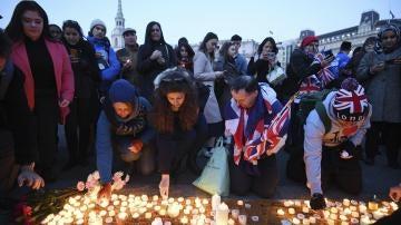 Cientos de ciudadanos participan en una vigilia en Trafalgar Square en Londres