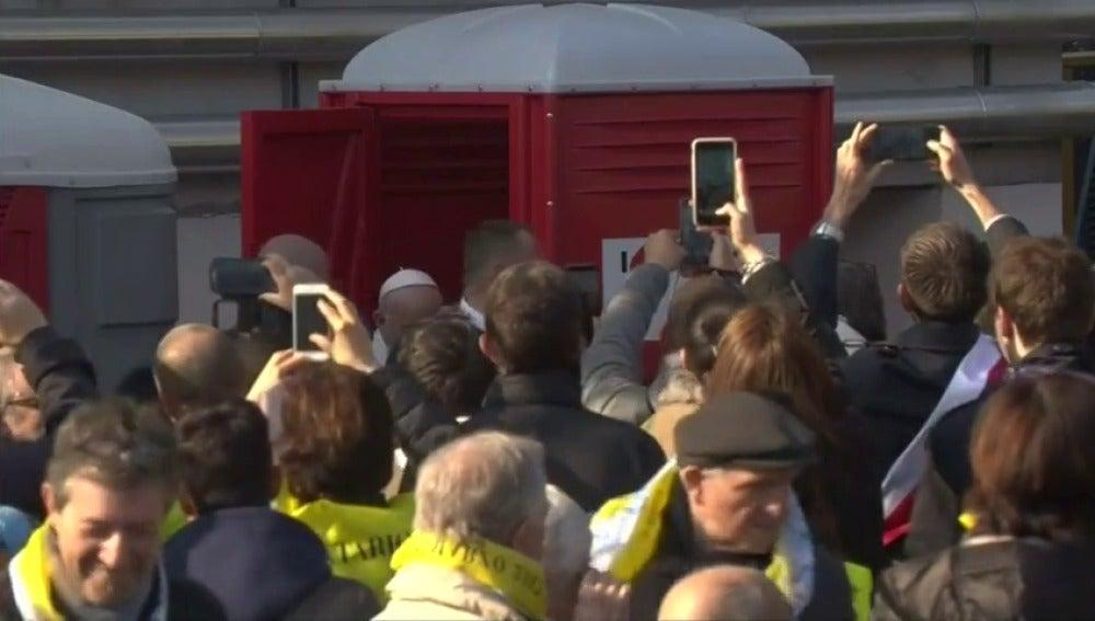 El Papa rompe el protocolo en Milán apra entrar en un urinario público