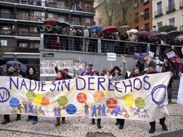 """Al ritmo de una batucada y bajo el lema """"Nadie sin derechos"""", varias columnas han transitado el centro de Madrid hasta confluir esta tarde en la plaza de Arturo Barea, en el barrio de Lavapiés"""