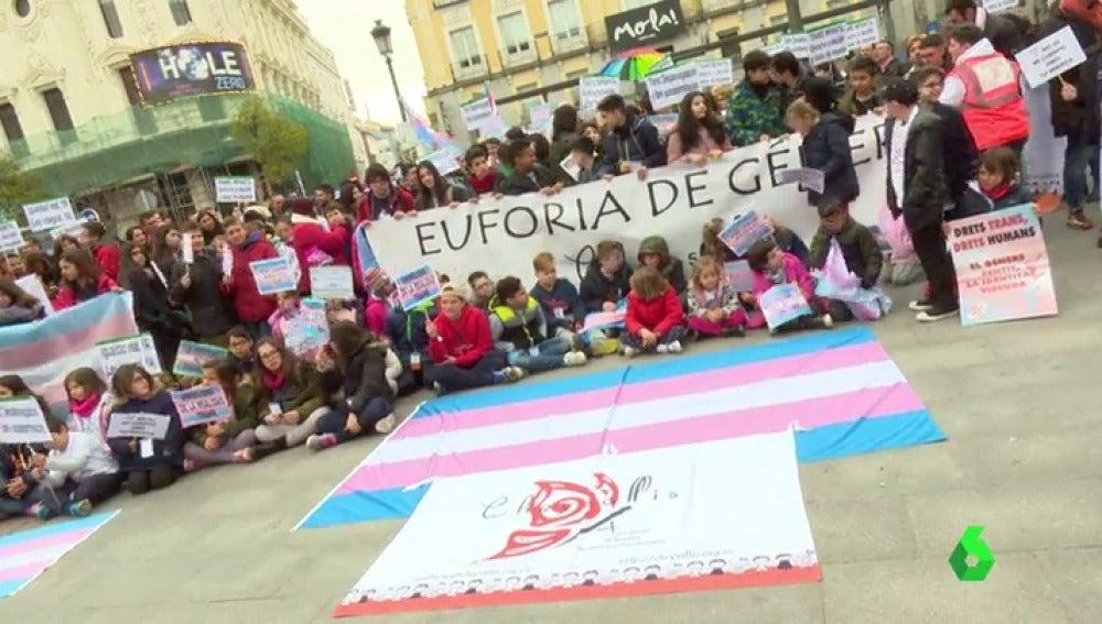 Las familias de menores transexuales manifiestan una ley de identidad