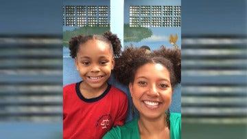 Profesora con el mismo peinado que su alumna