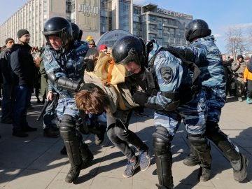 La policía detiene a los manifestantes en Rusia