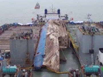 Reflotan el buque 'Sewol' tres años después de su naufragio en el que murieron 300 personas.