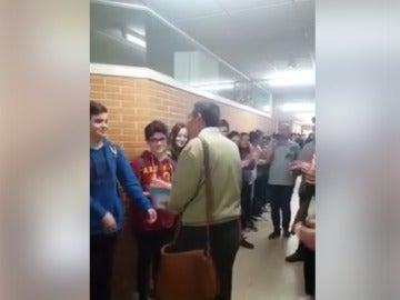 Graban la ovación de cientos de alumnos a un profesor que se jubila y el video se viraliza