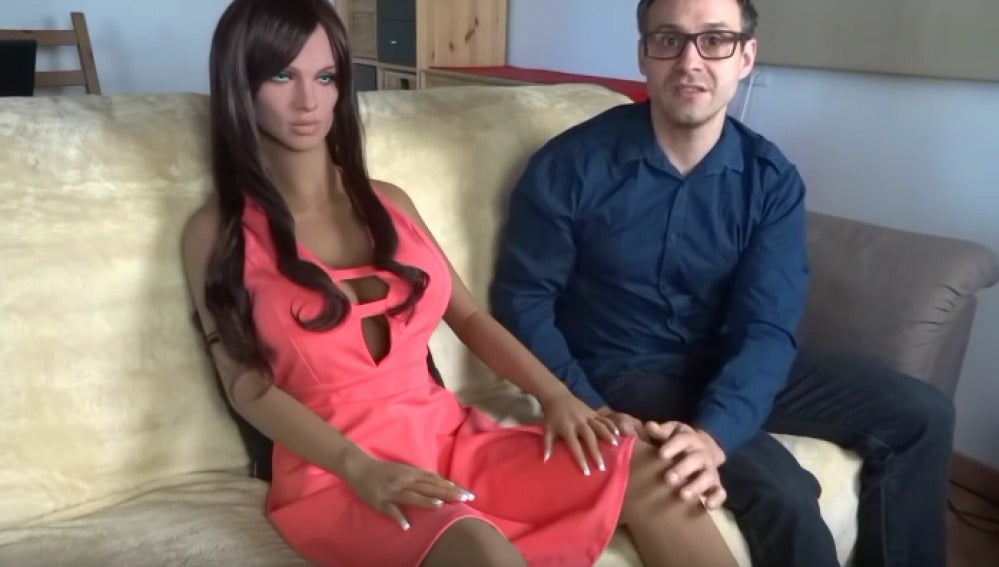 El científico Sergi Santos junto a la muñeca sexual Samantha
