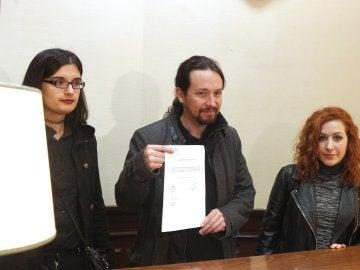 Pablo Iglesias junto a la tuitera Cassandra Vera entregando la proposición de ley