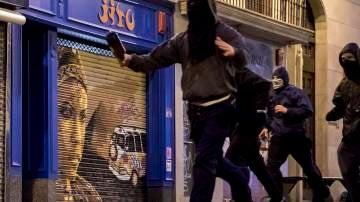 Los encapuchados arrojaron piedras contra la Policía y reventaron un cajero