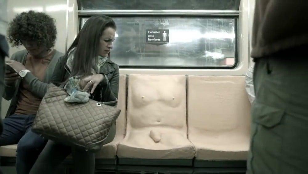 Asiento de metro con pene