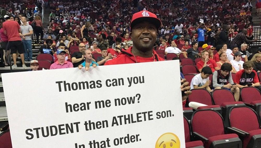 El padre, con una de sus pancartas en la cancha de los Rockets