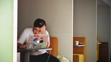 Un hombre pegado al ordenador